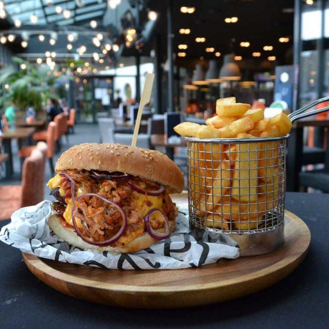 pulled chicken burger met friet bezorgen bestellen Heerenveen